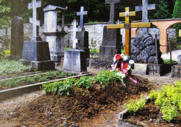 крест на свежем захоронении